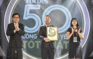 Ông Nguyễn Minh Quang thay mặt Nam Long Group nhận danh hiệu từ Forbes Việt Nam