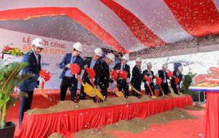 Các đại biểu thực hiện nghi thức khởi công dự án Akari City